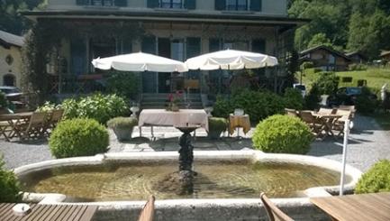 Charmant restaurant / hôtel vieille époque dont la terrasse offre une vue époustouflante sur la plaine du Rhône.